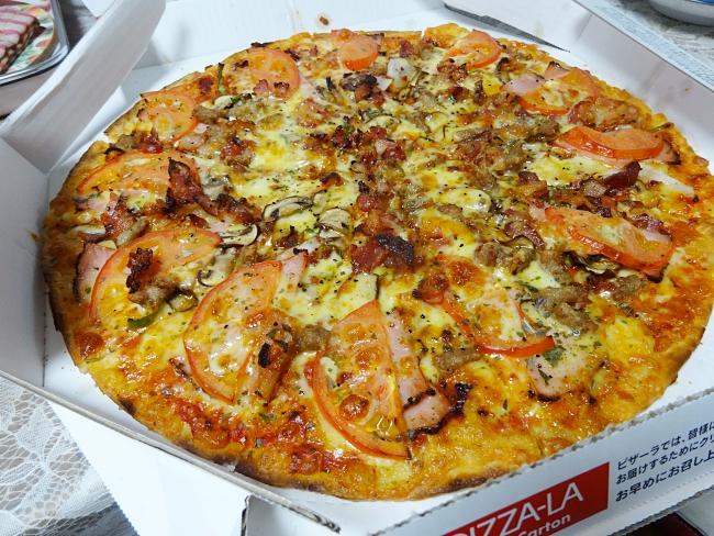 ピザの宅配でトマトが超薄かった