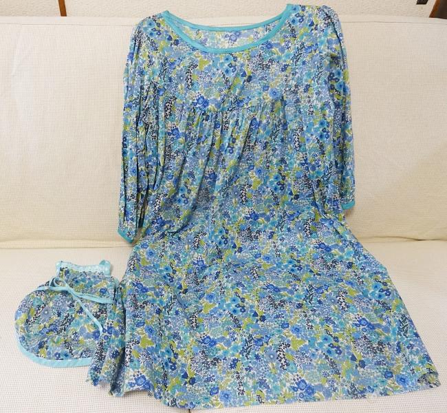 liberty(マーガレットアニー)ブルーで作ったお揃いのワンピースと諭吉のわんこ服