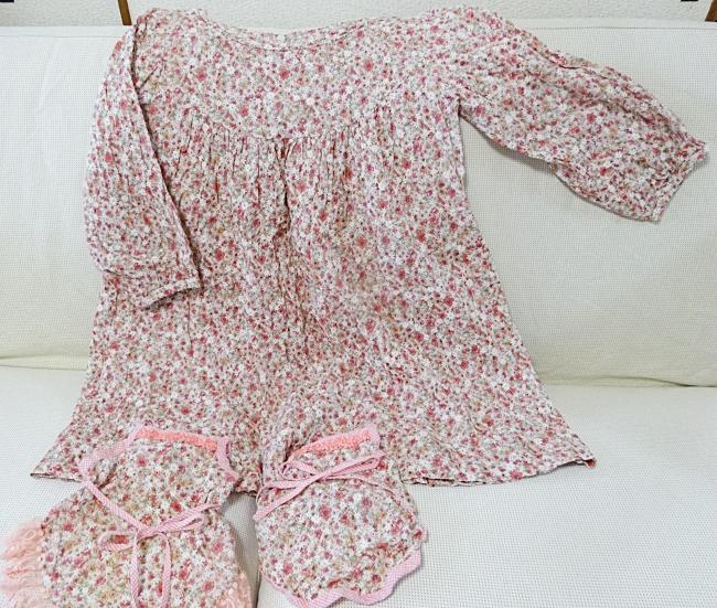 細かい小さな花柄模様のワンピースと犬の服、お揃い。