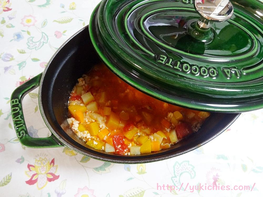 犬ごはん 材料は鶏ミンチ かぼちゃ にんじん トマト トマト缶 オートミール 出汁
