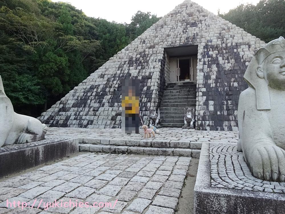 ピラミッド入り口