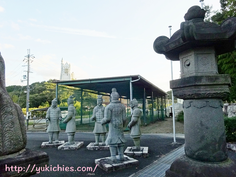 石のエリア入り口付近 東洋大姫路高校野球部ピッチング練習場の前