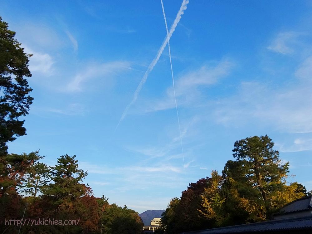 京都御所から見た大文字山と飛行機雲